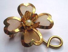 broche ancien bijou vintage fleur en relief plaqué or perle blanche 2053
