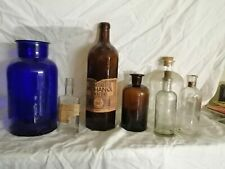 Pharmacie lot de 7 anciens flacons en verre, dans l'état, de 14 cm à 29 cm de ha