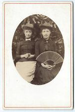 Photo cdv cab. 2 jolies femmes chapeau éventail soeur, copine 1900 woman cowboy