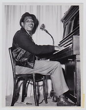 SUGAR RAY ROBINSON Tickles the Ivories * CLASSIC VINTAGE 1961 PIANO press photo