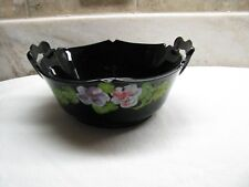 ANTIQUE L.E. SMITH BLACK AMYTHEST GLASS BOWL WITH HANDLES & HAND PAINTED FLOWERS