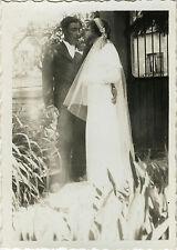 PHOTO ANCIENNE - VINTAGE SNAPSHOT - COUPLE MARIAGE ÉTRANGE MAIN GAG DRÔLE - HAND