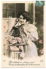Jeune femme. Téléphone ancien . Old phone . Pretty woman