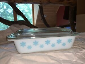 Pyrex 575-B Snowflake Turquoise on White Casserole 2 Qt With Lid Excellent