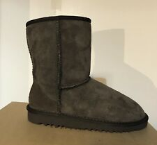 89a51b7408925 UGG 5251 Junior Kids Classic Short Suede BOOTS Chocolate Brown 2