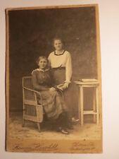 Zittau i. Sa. - 2 Mädchen halten Händchen - Buch - Korbsessel - Kulisse / KAB