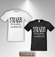 T-Shirt STICAZZI è una filosofia di vita Maglietta Uomo Scritta Frase Divertente