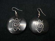 coppia orecchini resina neri tondi intarsio metallo nazca bigiotteria handmade