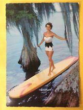 Vintage Postcard Pin Up 1970s - Mooie vrouw in badpak op surfplank