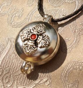 Sehr schönes tibet. GAU GHAU, Amulett mit DORJE aus NEPAL Koralle & Silber