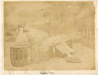 Egypte, Femme arabe en costume d'intérieur Vintage albumen print.  Tirage