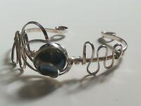 Bracelet artisanal femme en métal argenté et cabochon pierre à identifier
