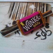 Unico! Wonka BAR Fermacravatta CROMO fabbrica di cioccolato caramelle Uomo Rosa COOL Regalo