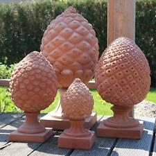 Gartenfiguren & -skulpturen aus Terrakotta mit Pinienzapfen-Motiv
