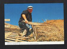 SAINT-LYPHARD (44) ARTISAN CHAUMIER au travail TOITURE en ROSEAUX de BRIERE 1994