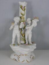 GROUPE EN PORCELAINE BISCUIT PIED DE LAMPE ANGELOTS ET FLEURS HAUT 23CM 11M02