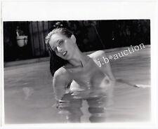 "NUDE MODEL w TANLINES AT POOL PINUP NACKTES BAD * Vintage 1960s ""L"" US Photo"