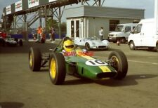 PHOTO  GEOFF FARMER WHIPS THROUGH THE PADDOCK IN CEDRIC SELZER'S F1 LOTUS 25 1.5