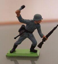 Soldat PLASTIQUE  socle métal BRITAINS  au combat avec grenade