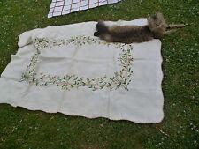 Ancienne Petite Nappe en coton pour table brodée Motifs Fleurs