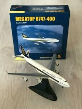 Herpa Wings 1:400 Megatop B747-400 Singapore Airlines Stand 560337 (AY48-S7BD)
