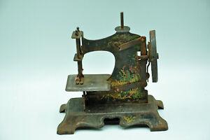 Ancien jouet machine à coudre à restaurer en fer finement décoré