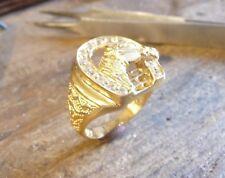 Bague en or jaune avec motif fer à cheval serti d'oxydes blancs.