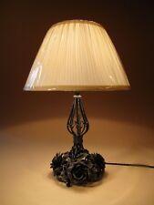 Un molto decorative lampada da tavolo in ferro battuto decorato con rose intorno al 1920