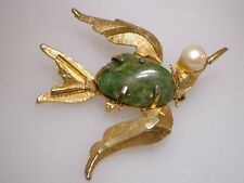 VINTAGE 1970'S B.S.K. GOLD PLATED JADE & FRESHWATER PEARL BIRD PIN!