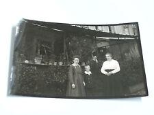 Foto AK 21K1010 2 Damen mit Junge vor Veranda Größe ca. 6x9cm