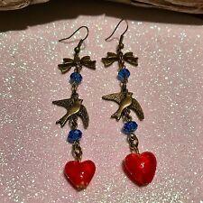 Arco De Bronce Largo, tragar, corazón rojo, grano de cristal azul pendientes, Rockabilly