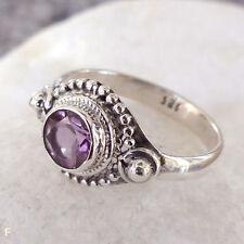 Handgefertigte runde Ringe mit Edelsteinen