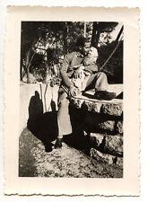 Jeune homme embrassant poupée - photo ancienne an. 1941
