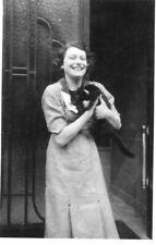 LOT 2 Photos de chats Chat dan sles bras d'une femme rieuse Chats sur le canapé
