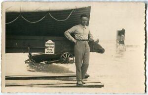 Ak Norderney Mann vor Rettungsboot Foto 20er Jahre