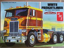 WHITE FREIGHTLINER DUAL DRIVE TRUCK TACTOR SEMI  1/25 PARTS KIT AMT AMT-620