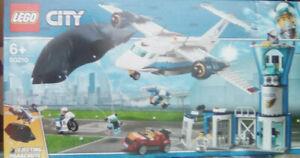 LEGO ® - 60210 POLIZEI Flughafen / Fliegerstützpunkt inkl. Fallschirm  Neuware