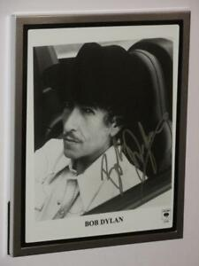 """BOB DYLAN - SIGNED  8"""" X 10"""" BLACK AND WHITE PHOTO - FRAME NOT INCLUDED"""