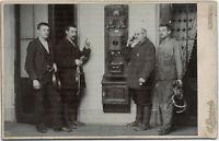 Frühe Fernmeldetechniker bei der Arbeit, Original-Kabinett-Photo, um 1910