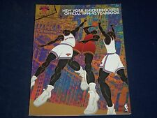 1994-1995 NEW YORK KNICKERBOCKERS OFFICIAL YEARBOOK - GREAT PHOTOS - J 391
