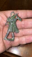 OLD VINTAGE METAL TOY SOLDIER PIPER SCOTTISH BAGPIPER GREEN CAPE BRITAINS ?