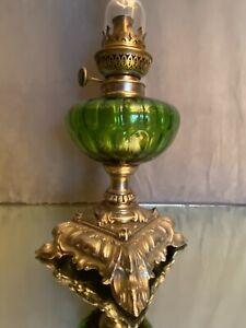 Lampe à pétrole de style Rocaille Louis XV réservoir en verre teinté fin XIXe
