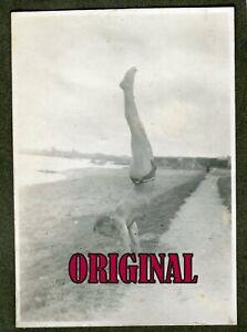 Orig Foto Junger halb nackter Mann in Dreieck Badehose macht Handstand 20er
