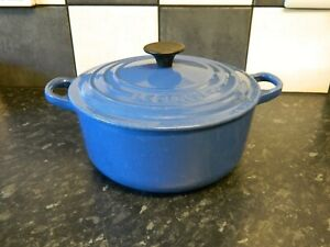 le creuset  cast iron  casserole dish and lid in blue size 20