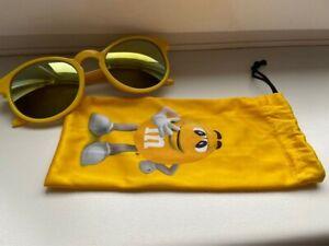 Lunettes de soleil adulte M&M'S couleur jaune et doré avec pochette