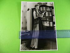 Grosses altes Foto um 1950 Frau im eleganten Abendkleid mit Modezeitschrift