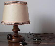 Lampe avec pied en bois tourné. - Pour amateur d'objets vintages.