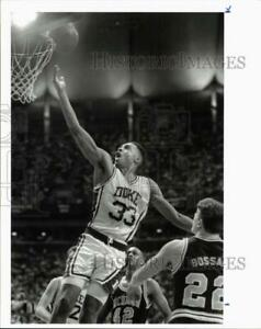 1992 Press Photo Duke's Grant Hill scores against Michigan in basketball game