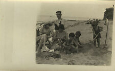 PHOTO ANCIENNE - VINTAGE SNAPSHOT - FAMILLE MER PLAGE MODE SABLE JEU - BEACH FUN