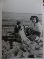 Vintage  Photographie ancienne 1950 vacances à Cannes bébé plage snapshot